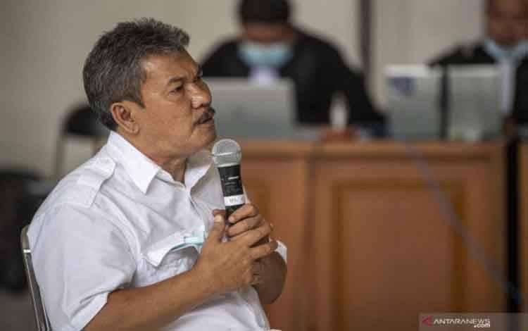 Terdakwa Wakil Bupati Kabupaten Ogan Komering Ulu (OKU) Sumatera Selatan periode 2015-2025 nonaktif Johan Anuar menjalani sidang di Pengadilan Tipikor Palembang, Sumatera Selatan, Selasa (6/4/2021)