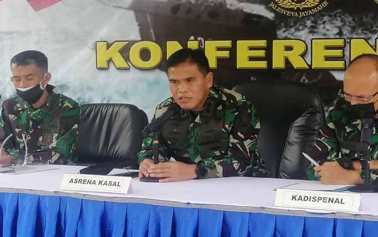 Asrena Kasal Laksamana Muda TNI Muhammad Ali (tengah) saat jumpa pers, di RSAL Dr Mintohardjo, Jakarta Selatan, Selasa (4-5-2021)