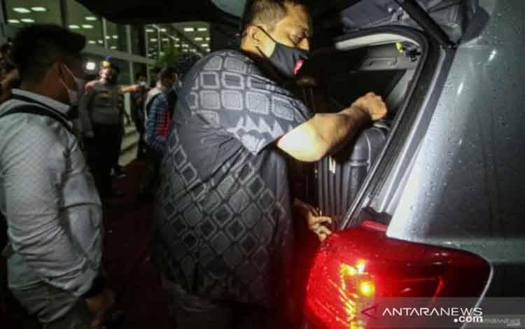 Penyidik KPK memasukkan barang bukti ke dalam mobil seusai melakukan penggeledahan ruang kerja Wakil Ketua DPR Azis Syamsuddin di Kompleks Parlemen, Senayan, Jakarta, Rabu (28/4/2021)