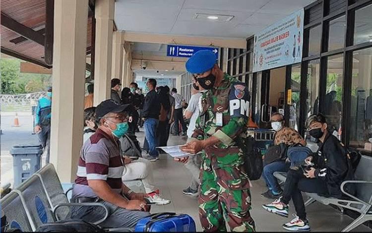 Petugas di Bandara Iskandar sedang mengecek surat kelengkapan bepergian calon penumpang yang berangkat dari Bandara Iskandar beberapa waktu lalu.