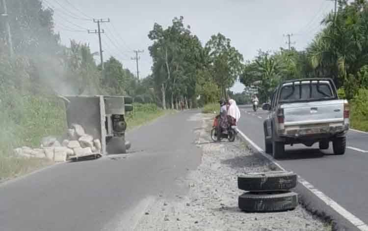 Truk bermuatan semen terguling di jalan Bendaha Kumai, Desa Sungai Tendang, Kecamatan Kumai.