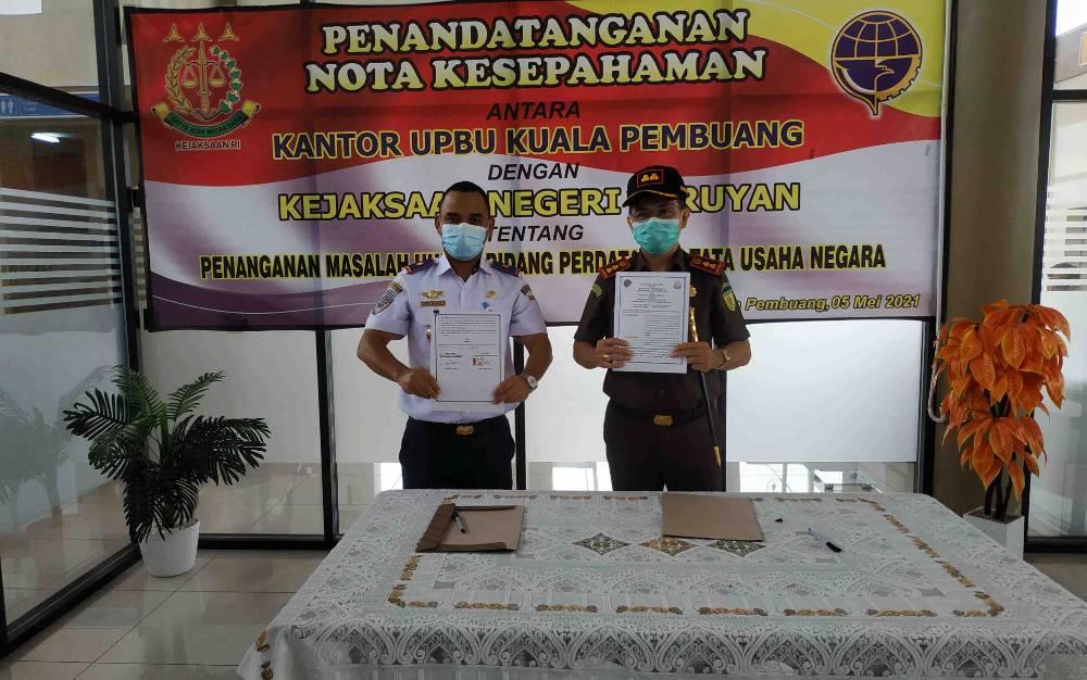 Kepala Kejaksaan Negeri Seruyan, Romy Rojali dan Kepala UPBU Kuala Pembuang Muhammad Hariddin saat penandatanganan nota kesepahaman, Rabu, 5 Mei 2021.