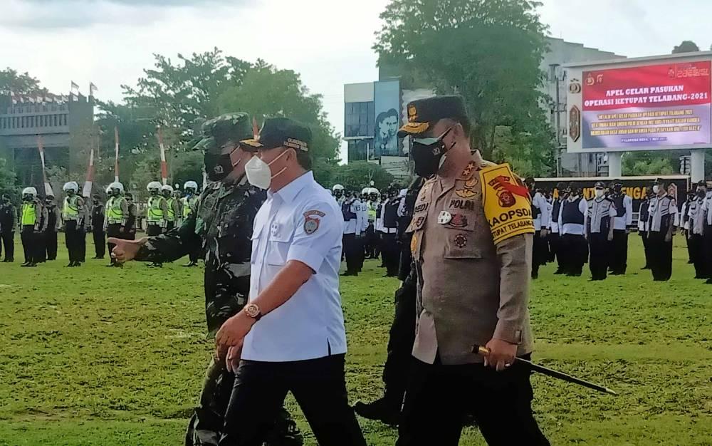 Kapolda Kalteng Irjen Dedi Prasetyo bersama Gubernur Sugianto Sabran dan Danrem 102 Panju Panjung Brigjen TNI Purwo Sadaryanto saat mengecek personel Operasi Ketupat Telabang 2021, Rabu, 21 Mei 2021.