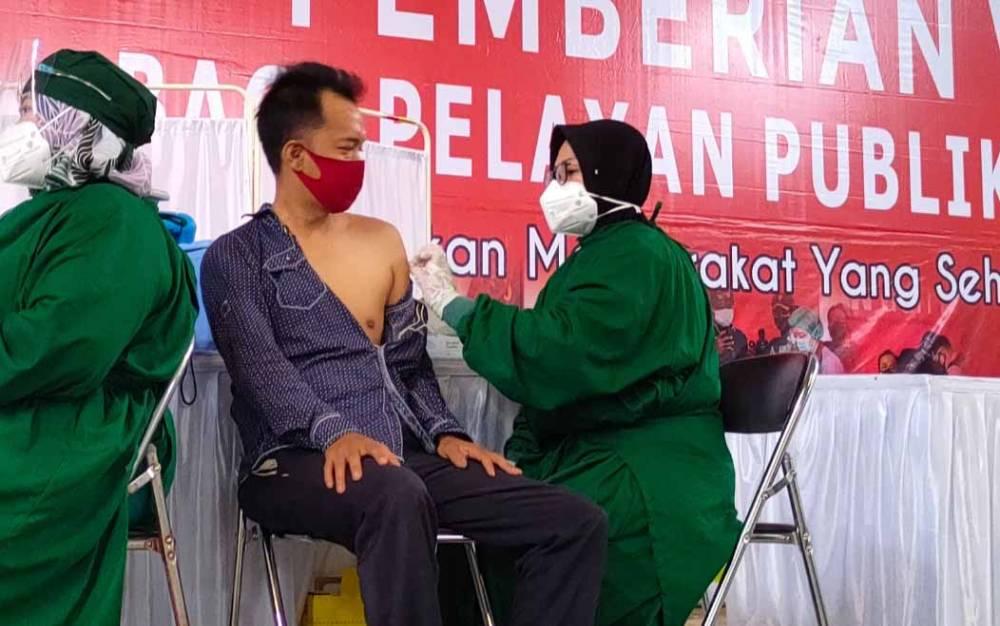 Vaksinasi pelayan publik di GOR Jalan Tjilik Riwut, Palangka Raya, beberapa waktu lalu.