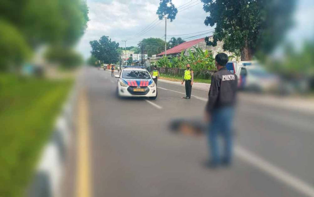 Petugas mengevakuasi jasad nenek 61 tahun yang menjadi korban kecelakaan lalu lintas, Rabu, 5 Mei 2021.