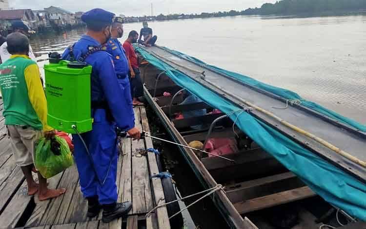 Foto// Kasat Polairud Polres Seruyan Iptu Slamet Widodo pimpin kegiatan penyemprotan disinfektan pada salah satu  angkutan sungai