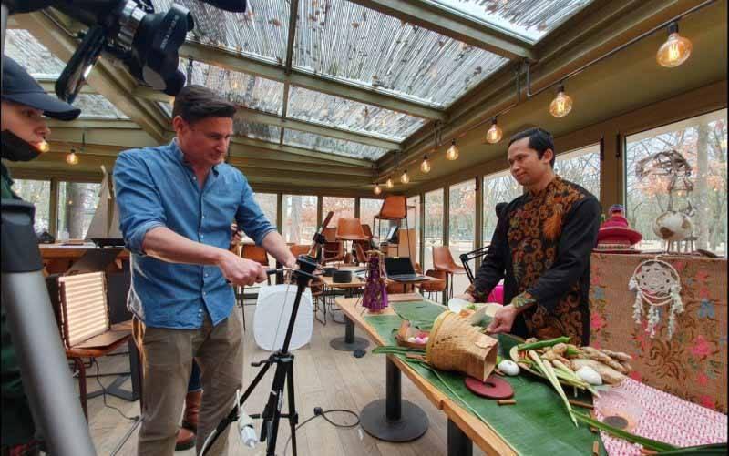 Vito Prancis mempromosikan kuliner khas Indonesia dalam program televisi Cuisine du Monde, Paris, Prancis, Jumat (7/5/2021). (foto : ANTARA/Humas VITO Prancis)