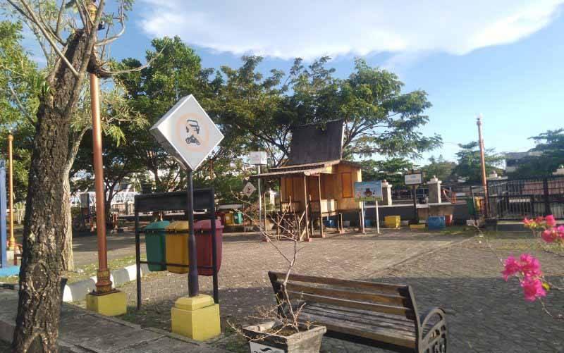 Salah satu taman objek wisata di siring sungai Martapura yang tidak terlihat ada pengunjung jelang Idul Fitri 1442 hijrah, karena pandemi COVID-19.(foto : Antaranews Kalsel/Sukarli)