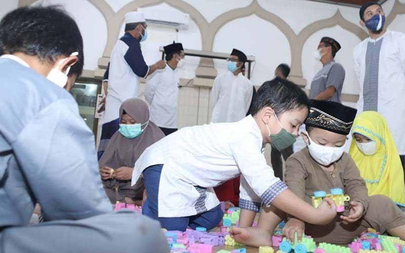 Sejumlah anak bermain di fasilitas edupark, Masjid Baiturrahim, kompleks Perumahan Pertamina Gunung Simping, Cilacap. (foto : ANTARA/HO-Pertamina RU IV Cilacap)