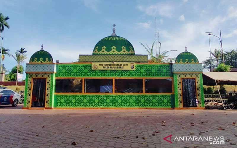 Pos Terpadu Lebaran Polda Papua Barat Didesain Unik Mirip Masjid berlokasi di Jalan Pahlawan Sanggeng Manokwari Barat Provinsi Papua Barat. (foto : ANTARA/HANS ARNOLD KAPISA)