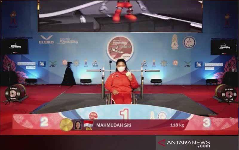 Tangkapan layar - Atlet National Paralympic Committee (NPC) Indonesia dari cabang angkat berat Siti Mahmudah meraih medali emas pada World Para Powerlifting World Cup 2021 yang digelar di Bangkok, Thailand, Sabtu (8/5/2021). (foto : facebook.com/parapowerlifting)