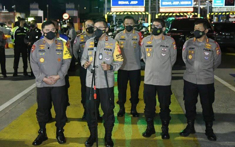 Kakorlantas Polri Irjen Pol Istiono bersama Kapolda Metro Jaya Irjen Fadil Imran mengecek Pos Penyekatan KM 31 GT tol Cikarang Barat, Sabtu (8/5/2021). (foto : ANTARA/HO-Korlantas Polri)