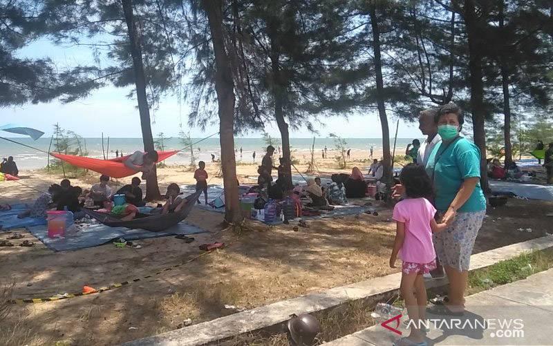 Suasana Pantai Manggar di hari libur setelah Pemkot Balikpapan mengizinkan tempat wisata kembali buka saat jumlah kasus positif COVID-19 mulai menurun. (foto : Novi Abdi/Antara)
