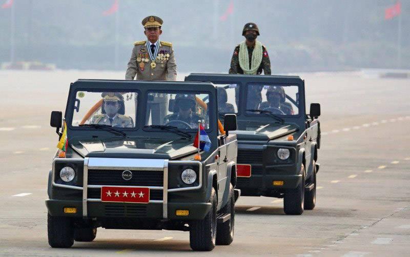 Kepala junta Myanmar Jenderal Senior Min Aung Hlaing, yang menggulingkan pemerintah terpilih dalam kudeta pada 1 Februari, memimpin parade militer pada Hari Angkatan Bersenjata di Naypyitaw, Myanmar, Sabtu (27/3/2021). (foto : ANTARA FOTO/REUTERS/Stringer/RWA/sa)