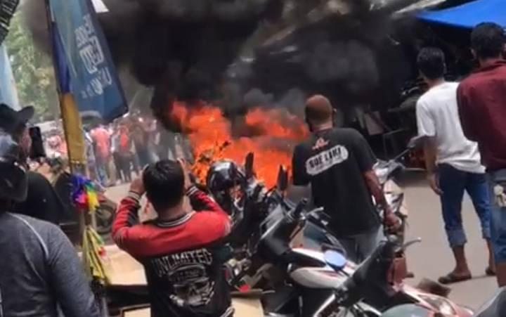 Kebakaran motor di kompleks Pasar Blauran Sampit, Minggu, 9 Mei 2021.