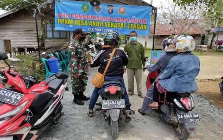 Warga yang berniat pulang kampung berlebaran melalui jalur alternatif Desa Anjir Serapat Tengah, Kabupaten Kapuas, Kalimantan Tengah, Sabtu (8/5) disuruh kembali ke lokasi asal oleh petugas gabungan