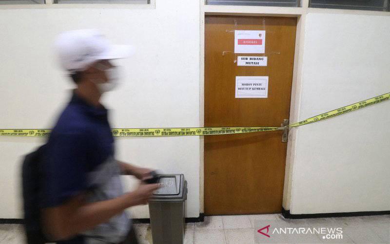 Seorang pria melintas di depan ruangan yang disegel Komisi Pemberantasan Korupsi (KPK) di gedung Badan Kepegawaian Daerah (BKD) Nganjuk, Jawa Timur, Senin (10/5/2021). Komisi Pemberantasan Korupsi (KPK) bersama Bareskrim Polri melakukan penggeledahan gedung BKD saat Operasi Tangkap Tangan (OTT) terhadap Bupati Nganjuk Novi Rahman Hidayat yang diduga terkait jual-beli jabatan. (foto : ANTARA FOTO/Prasetia Fauzani/rwa)