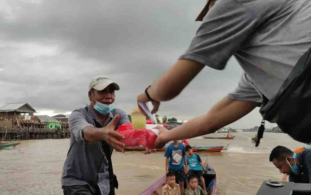 Pengendara getek menerima takjil berbuka puasa dari Hima Kobar-Pky dan Karang Tanuna Arut Selatan