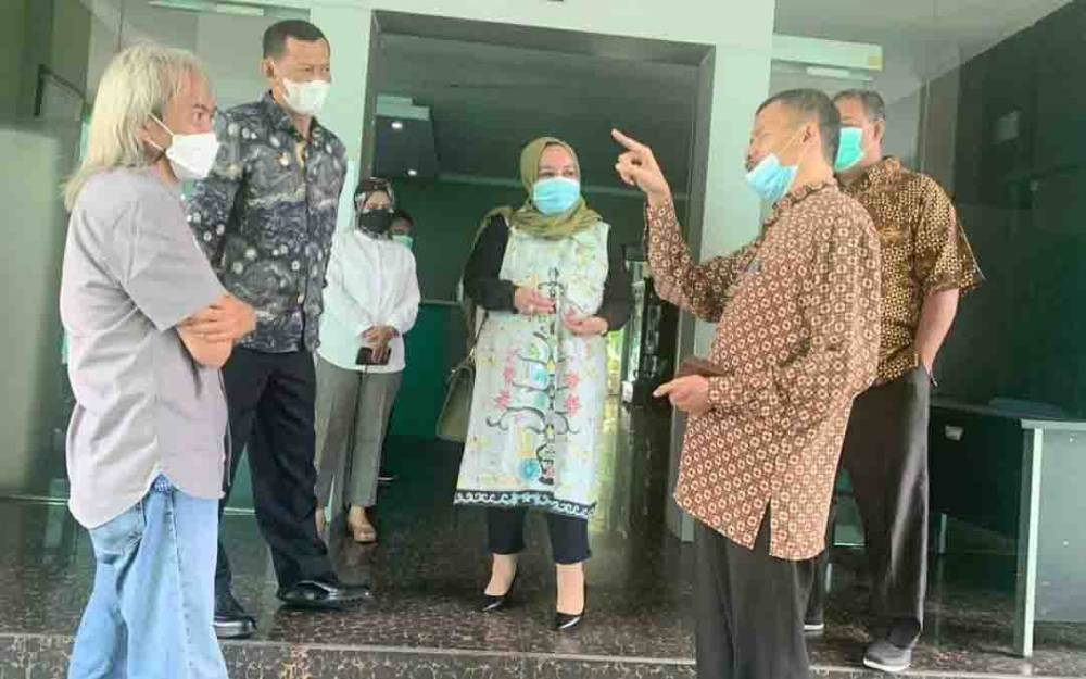 Wakil Ketua III DPRD Kalteng, Faridawaty Darland Atjeh saat berkunjung ke DLH Provinsi Banten