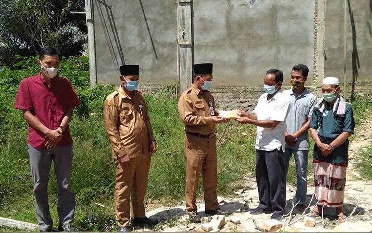 Kadis Dikbud Lamandau, Abdul Kohar, saat menyerahkan bantuan rumah ibadah dari program PPK kepada pengurus masjid di Desa Sungai Mentawa, Kecamatan Bulik, Senin, 8 Mei 2021.