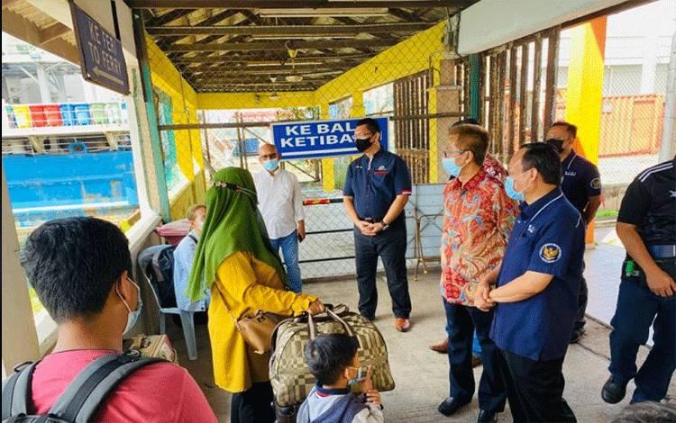 Duta Besar RI untuk Malaysia, Hermono, didampingi Konjen RI Johor Bahru, Sunarko, pada Minggu (9/5) turun langsung untuk meninjau dan memantau proses kepulangan WNI dan PMI dari Pelabuhan feri Pasir Gudang-Johor. ANTARA Foto/Ho-Andita Putri (1)