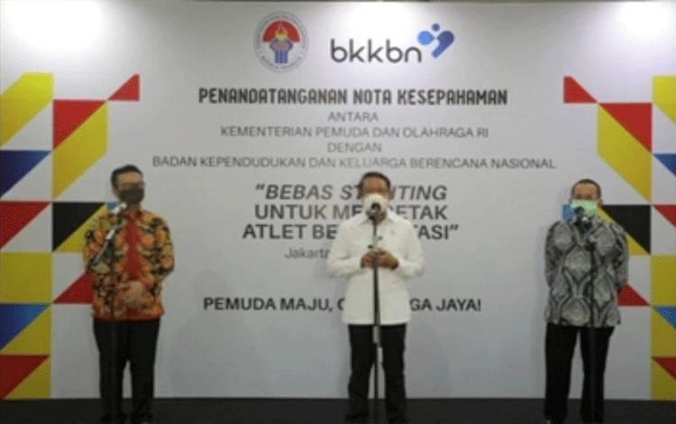 Menpora Zainudin P. Amali, didampingi Kepala BKKBN dr. Hasto Wardoyo dan anggota Komisi IX DPR RI Darul Siska saat konferensi pers usai penandatanganan MoU pencegahan stunting, di Gedung Kemenpora, Jakarta, Senin (10/5/2021). (HO/Kemenpora)