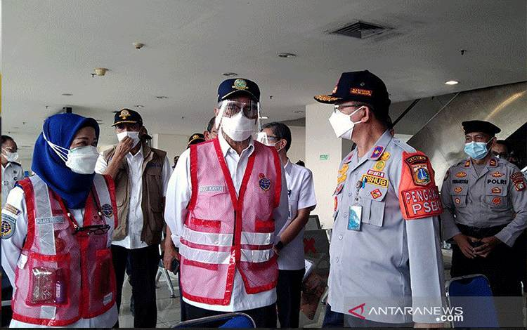 Menteri Perhubungan Budi Karya Sumadi (tengah) ketika meninjau proses pemeriksaan tes usap antigen di gedung kedatangan Terminal Pulo Gebang, Jakarta Timur pada masa larangan mudik, Sabtu (8/5/2021). ANTARA/Dewa Ketut Sudiarta Wiguna/am.
