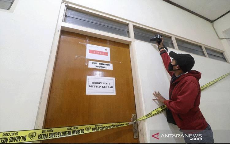 Wartawan mengambil gambar ruangan yang disegel Direktorat Tindak Pidana Korupsi Bareskrim Polri di gedung Badan Kepegawaian Daerah (BKD) Nganjuk, Jawa Timur, Senin (10/5/2021). Komisi Pemberantasan Korupsi (KPK) bersama Bareskrim Polri melakukan penggeledahan gedung BKD saat Operasi Tangkap Tangan (OTT) terhadap Bupati Nganjuk Novi Rahman Hidayat yang diduga terkait jual-beli jabatan. ANTARA FOTO/Prasetia Fauzani/rwa.