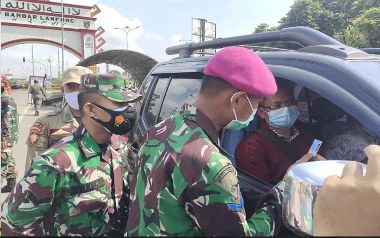 Satgas COVID-19 Bandarlampung sedang melakukan pemeriksaan kepada kendaraan bernomor polisi dari luar daerah di salah satu posko penyekatan di kota itu. Senin. (10/5/2021). (ANTARA/Dian Hadiyatna)
