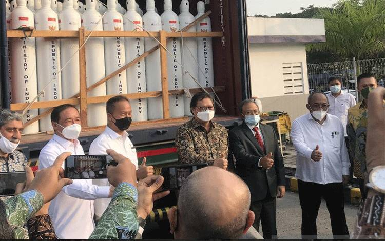 Menteri Koordinator Bidang Perekonomian Airlangga Hartarto saat Pelepasan Bantuan Tabung Berisi Oksigen ke India di Cikande, Serang, Banten, Senin. (ANTARA/ Sella Panduarsa Gareta)