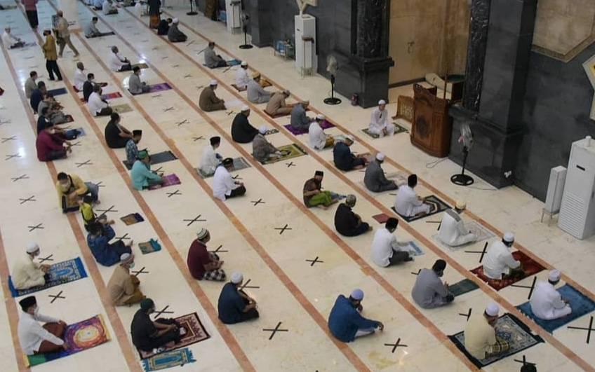 Salat berjamaah di Masjid Raya Darussalam dalam Safari Ramadan Pemko Palangka Raya, beberapa waktu lalu.