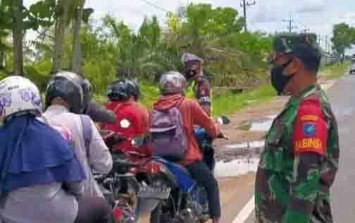 Personel Babinsa Koramil 1016-02 Bukit Batu Edukasi Prokes Dalam Operasi Ketupat Telabang 2021