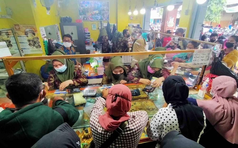 Sejumlah warga memadati toko emas Berkat Mitra menjelang lebaran 2021