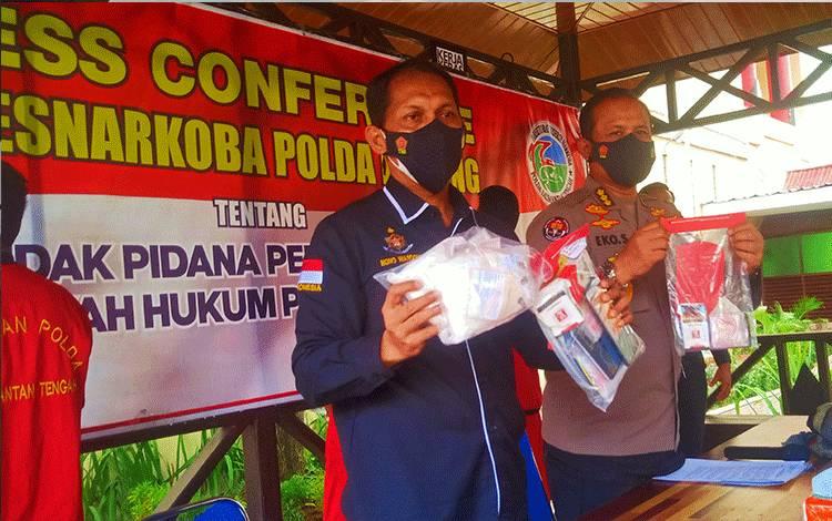 Direktur Reserse Narkoba Polda Kalteng Kombes Pol Nono Wardoyo bersama Kabidhumas Kombes Pol K Eko Saputro saat menggelar press release.