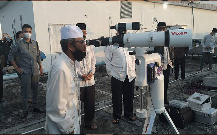 Kasi urusan agama Islam dan Bina Syariah Kanwil Kemenag Kalteng, Fahrudin saat meneropong hilal.