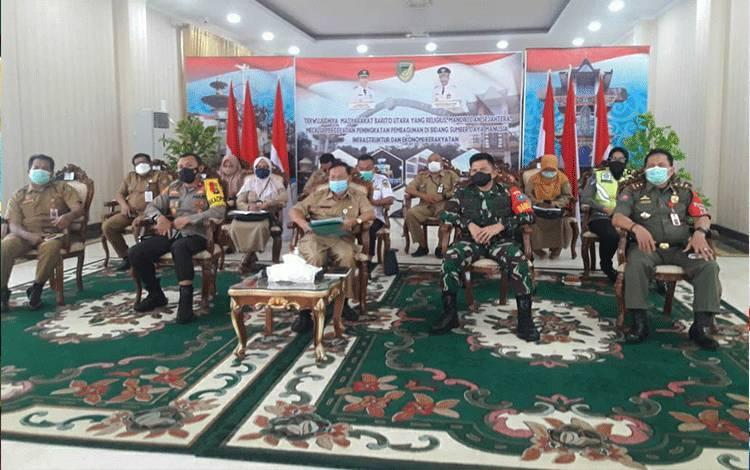 Unsur pemerintah daerah bersama FKPD di barito Utara saat mengikuti rapat koordinasi satgas penanganan Covid-19 Provinsi Kalimantan Tengah melalui video conference bertempat di rumah jabatan Bupati, Selasa 11 Mei 2021.