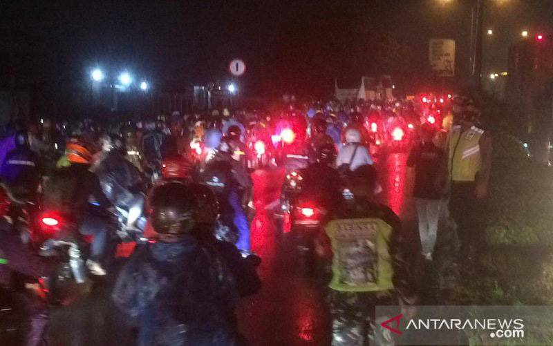 Suasana di pos Penyekatan Tanjungpura Karawang. (foto : ANTARA/Ali Khumaini)