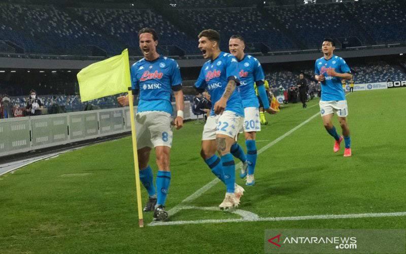 Gelandang Napoli Fabian Ruiz (kiri) melakukan selebrasi bersama rekan-rekannya seusai mencetak gol ke gawang Udinese dalam lanjutan Liga Italia di Stadion Diego Armando Maradona, Napoli, Italia, Selasa (11/5/2021) waktu setempat. (foto : ANTARA/REUTERS/IMAGO/Antonio Balasco)