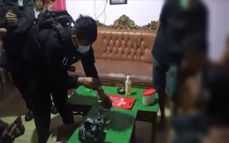 Pelaku beserta barang bukti saat dibawa ke rumah ketua RT