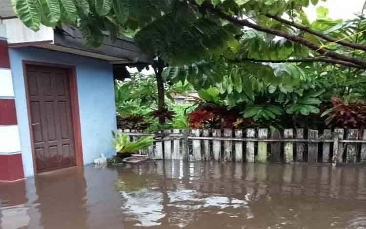 Banjir yang merendam rumah warga dalam Kota Sampit akibat curah hujan yang tinggi