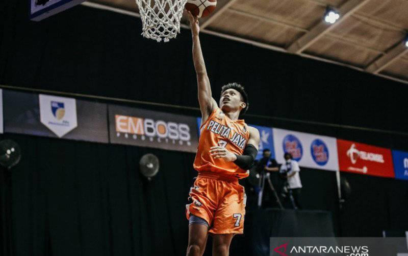 Andakara Prastawa Dhyaksa beraksi saat bermain bersama Pelita Jaya Bakrie Jakarta di fase reguler Liga Bola Basket Indonesia (IBL) 2021 di gelembung Robinson Resort, Bogor. (foto : dokumentasi IBL)