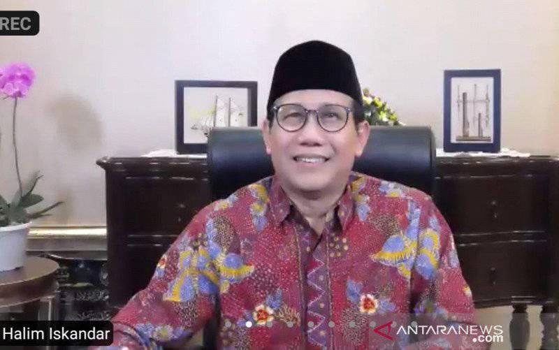 Mendes PDTT Abdul Halim Iskandar saat menghadiri halalbihalal dengan para kepala desa se-Indonesia secara virtual di Jakarta, Jumat (14/5/2021). (foto : ANTARA/ Zubi Mahrofi)
