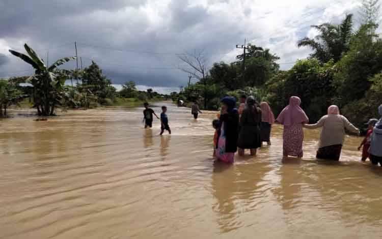 Banjir besar melanda lima desa di Kecamatan Satui, Kabupaten Tanah Bumbu, Kalimantan Selatan pada Jumat 14 Mei 2021