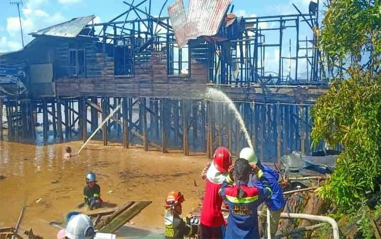 Tim pemadam Swakarsa Palangka Raya dan dibantu warga setempat bahu membahu memadamkan api