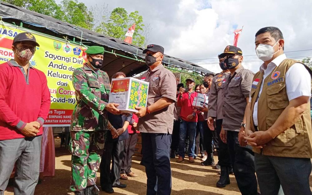 Kapolda Kalimantan Tengah, Irjen Pol Dedi Prasetyo saat menyerahkan bingkisan kepada petugas PPKM Mikro Desa Simpang Naneng.