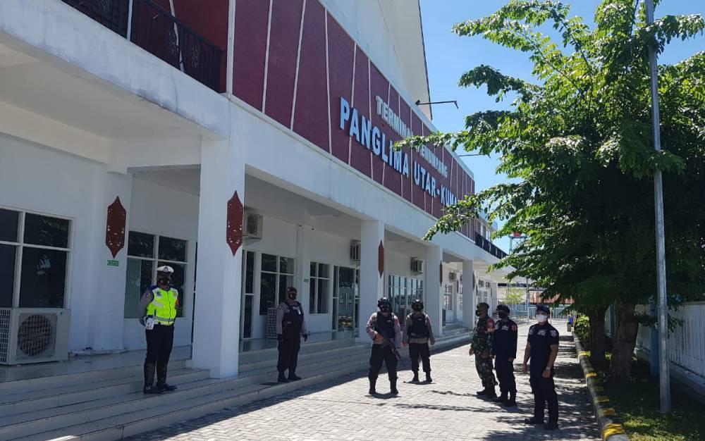 Personel gabungan berjalan kaki menyisir sekitar Pelabuhan Kumai.
