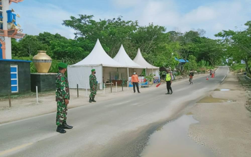 Aparat gabungan bertugas di pos penyekatan KM 12 Muara Teweh - Banjarmasin, Sabtu, 15 Mei 2021.