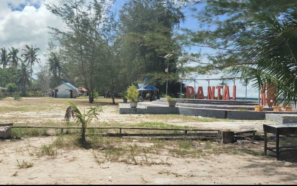 Kawasan wisata Pantai Kubu yang sepi pengunjung saat libur lebaran.
