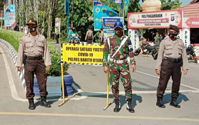 Personel Polsek Teweh Tengah saat melaksanakan operasi yustisi, Sabtu, 15 Mei 2021.