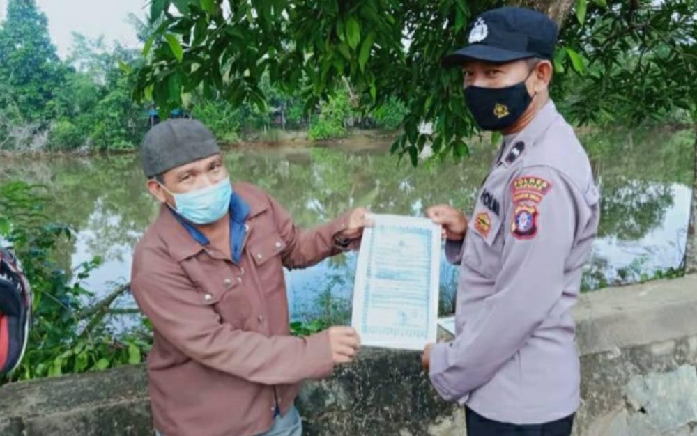 Personel Polsek Kapuas Timur saat menyosialisasikan Maklumat Kapolda Kalteng tentang larangan membakar lahan, Sabtu, 13 Mei 2021.